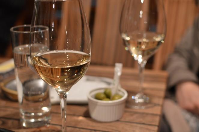 La copa de vino, de Prosecco y las olivillas - Macek