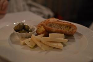 Queso a la trufa, con focaccia de olivas, y unas olivillas
