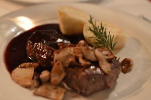 Plato principal - Carne con setas y salsa de vino, y dumplings de queso