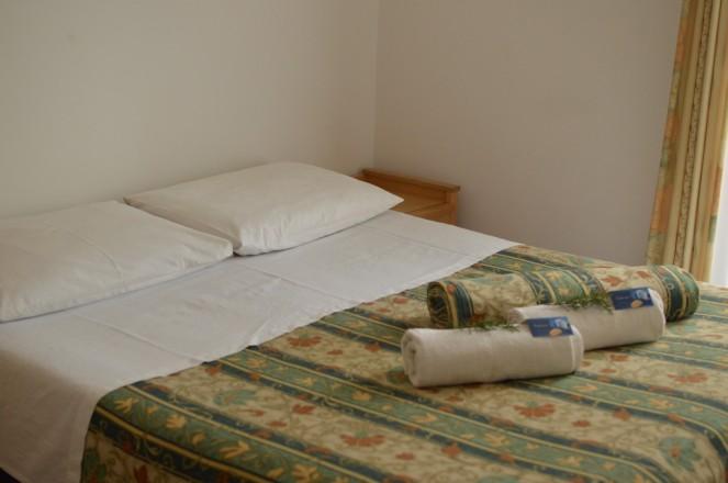 La habitación tal y como nos la encontramos. Un detalle los ramilletes de romero, muy de mi tierra