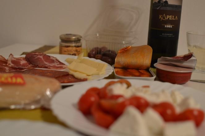 Rica cena - queso de la zona, fiambres locales, tomates italianos, queso de cabra local, sardinas del adriatico con tomate, olivas de Rovinj, paté, tartufo y un vino blanco intruso (este lo compramos en Eslovenia)