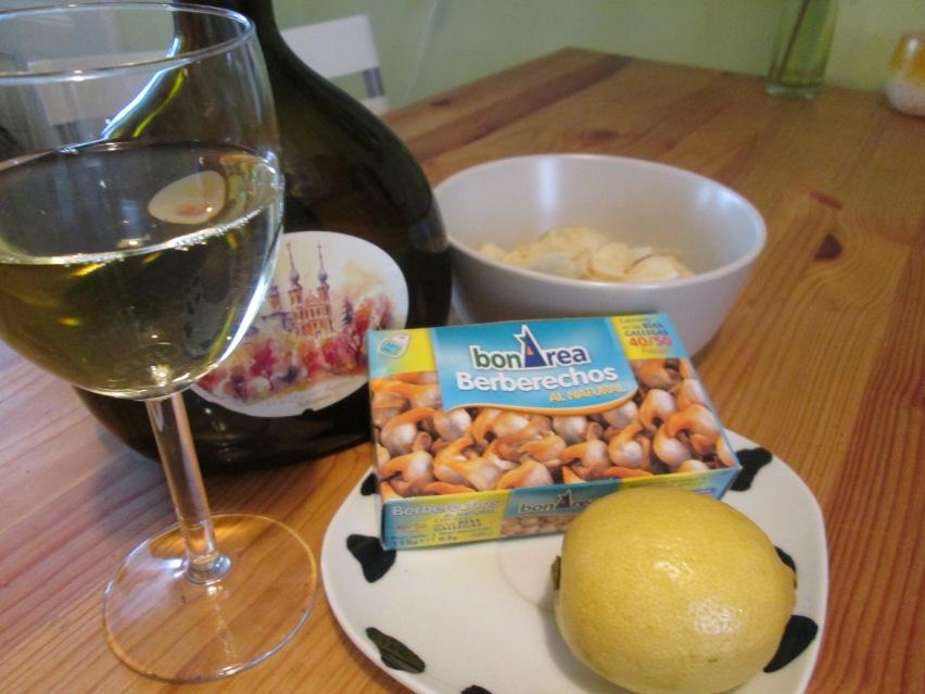 Berberechos con limón, un vinito, unas papas..., por ejemplo