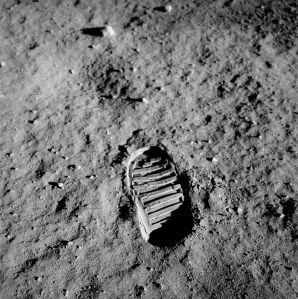 Una huella sobre el fino regolito lunar - compuesto mayoritariamente de oxigeno y después de otros elementos como el silicio, hierro, calcio, aluminio y magnesio.
