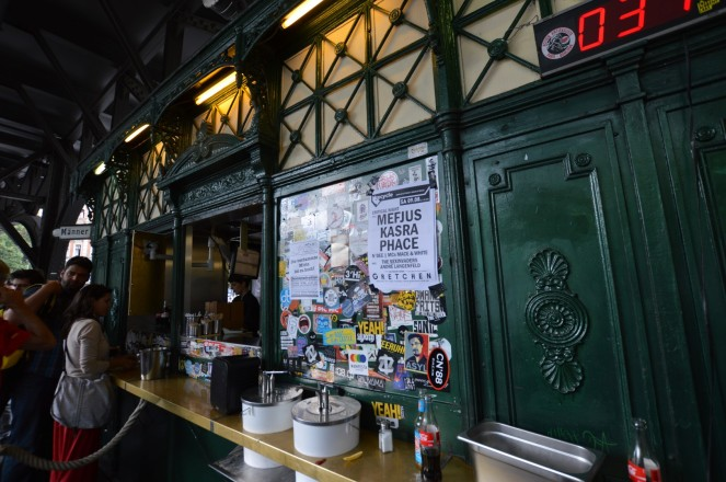 Burgermeister, acomo veis una pequeña caseta de color verde justo debajo de la estación