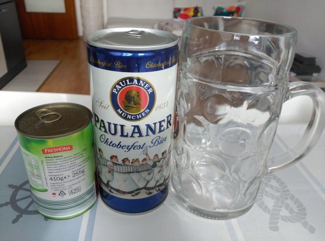 Una jarra y un litro de cerveza Mass, comparado con una lata de alubias, para que os hagais una idea de la escala.
